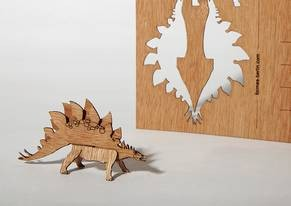 """Zedernholz Postkarte - """"Stegosaurus"""""""